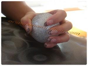 boule argentée faux ongles gel bord libre tranparent déco acrylique noire et rose réduie