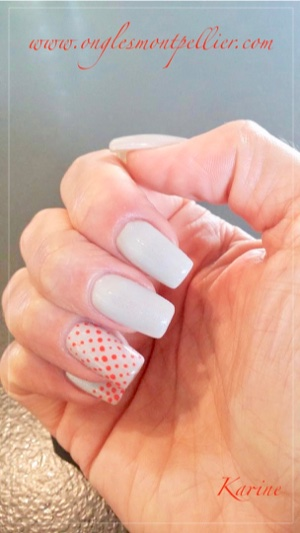 pose ongles gel gris pâle et pois orange p