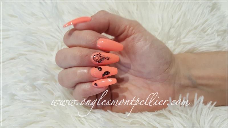 Pose ongles résine forme ballerien, gel corail fluo