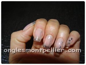 pose faux ongles bord libre transparent et strass réduite